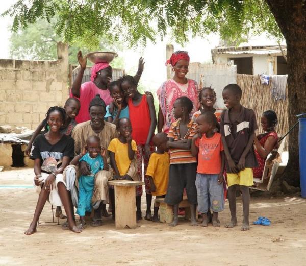 Chef du village de Ndiadiane, cultivateur de mil, d'arachide et de niébé en agroforesterie, et sa famille. © V. Bonneaud, Cirad