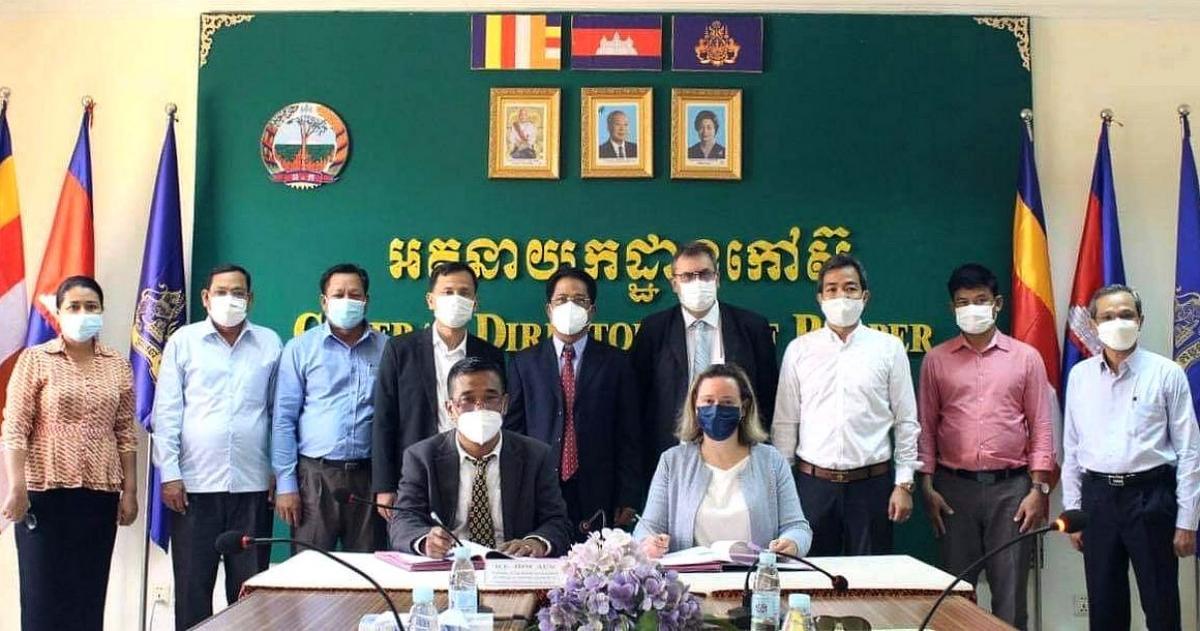 Signature du projet FORSEA, en présence deM. Khun Kakada (Directeur Général adjoint du GDR, Président du consortium des partenaires du projet FORSEA),Mme Ophélie Bourhis (Directrice de l'AFD au Cambodge),M. Lim Khan Tiva, Directeur du CRRI (Cambodian Rubber Research Institute),H.E. Him Aun, Directeur Général du GDR,Eric Gohet, chercheur au Cirad et coordinateur du projet FORSEA,M. Kou Phally (GDR), M. Muong Sideth, Chef de Pôle, Agriculture, développement rural, infrastructure, environnement à l'AFD Cambodge©GDR : General Directorate of Rubber