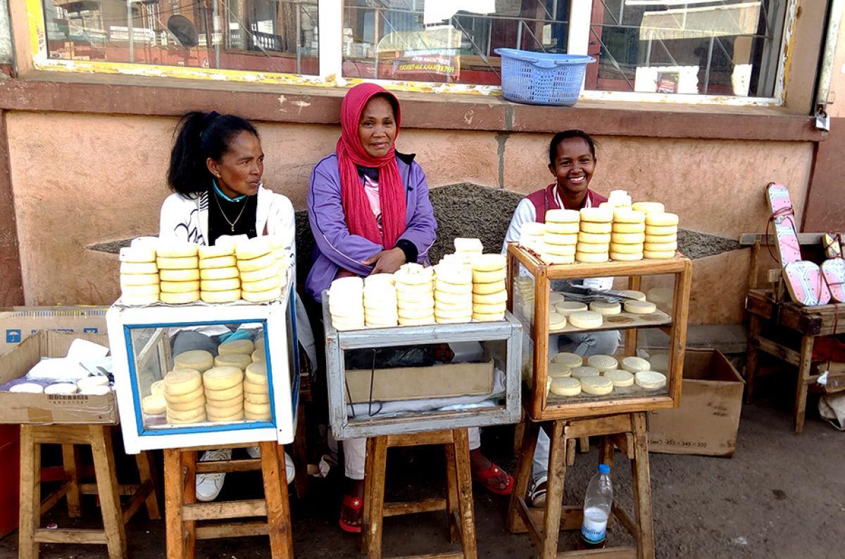 Le fromage, de fabrication artisanale, vendu en bord de rue est le moins coûteux à Madagascar. Ici, à Antsirabe, la capitale. © Lalatiana Christian ANDRIANARISATA