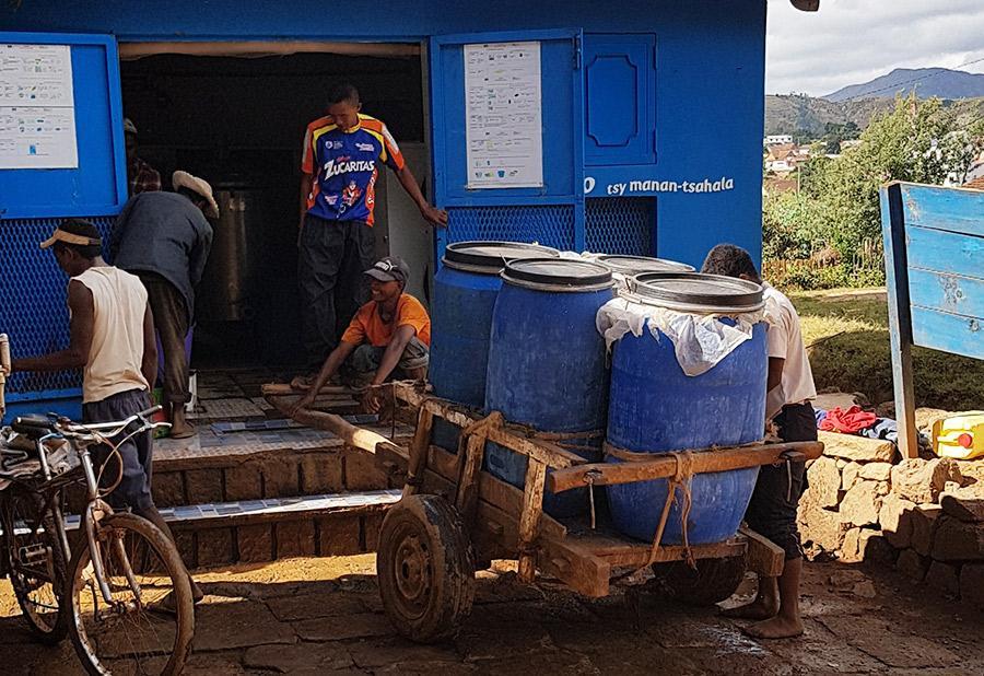 A Betafo, les pré-collecteurs ou les éleveurs apportent leur lait quotidiennement à pied, en charrette, en vélo ou en moto malgré des routes souvent dégradées en saison des pluies risquant à tout moment de perdre leur livraison. © M. Vigne, Cirad
