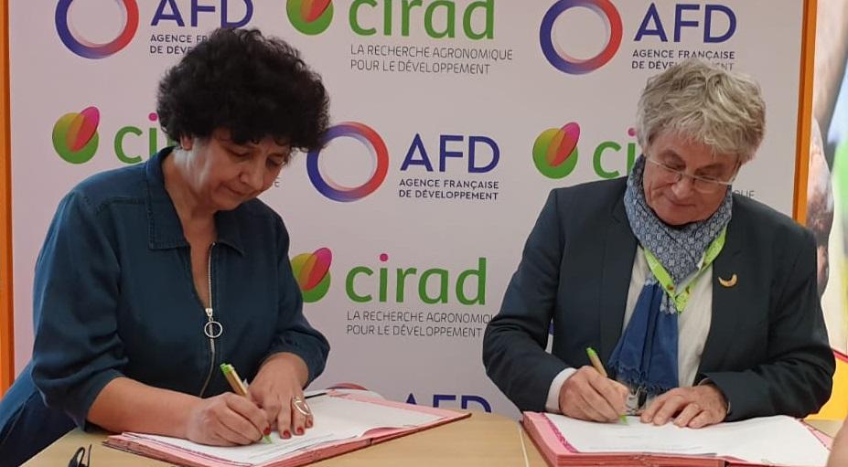 Frédérique Vidal, ministre de l'Enseignement supérieur, de la Recherche et de l'Innovation, et Michel Eddi, PDG du Cirad, ont signé lundi 24 février 2020, durant le Salon de l'Agriculture, le Contrat d'Objectifs et de Performances du Cirad pour la période 2019-2023.