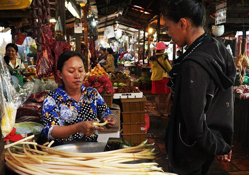Les femmes, majoritairement présentes sur le marché de Siem Reap au Cambodge