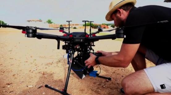 En 2018, un drone équipé de capteurs, de caméras et d'une unité de stockage d'insectes a été utilisé pour disperser de manière uniforme plus de 200 000 moustiques mâles stériles dans une zone rurale à l'extrémité orientale du Brésil © WeRobotics