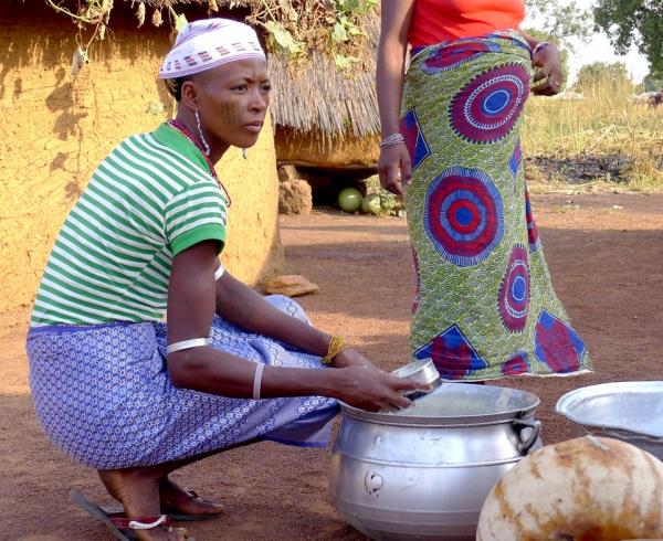 Fabrication du Wagashi, un fromage frais obtenu par caillage acide, une source de revenus importante pour ces Peuls au Nord-Bénin © G. Duteurtre, Cirad