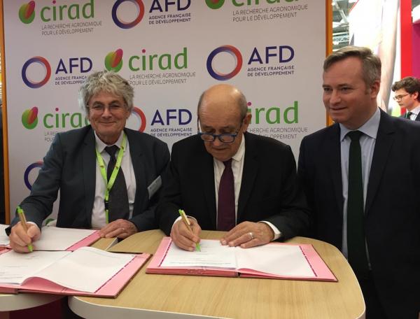 Jean-Yves Le Drian, ministre de l'Europe et des Affaires Etrangères, a signé à Paris, au Salon de l'Agriculture, le nouveau Contrat d'Objectifs et de Performances du Cirad.