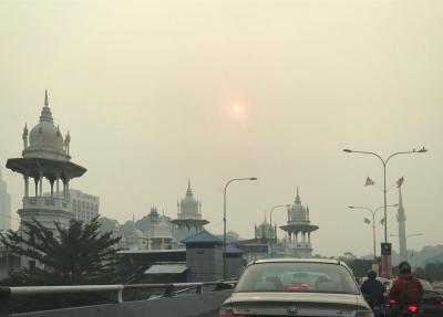 Kuala Lumpur : ciel embrumé de fumées en provenance d'Indonésie. © F. Roda