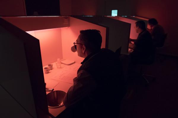 La dégustation, effectuée à l'aveugle au laboratoire d'analyses sensorielles du Cirad, a suivi un protocole strict. La lumière rouge a permis de neutraliser les différentes colorations des cafés, afin que les dégustateurs se concentrent uniquement sur leur odorat et leur goût © C. Cornu, Cirad