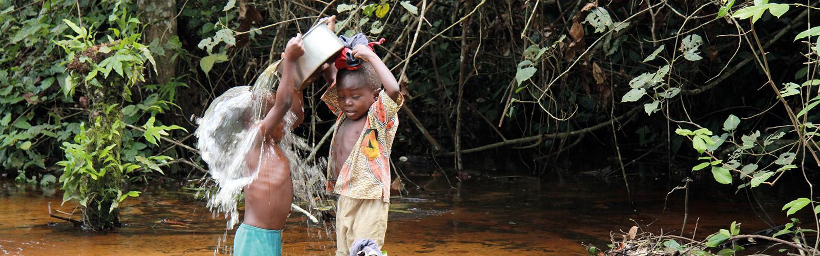La corvée de l'eau au nord de Kisangani en République démocratique du Congo. D. Louppe © Cirad
